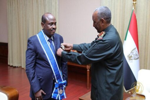البرهان يمنح سفير جيبوتي بالخرطوم وسام النيلين من الطبقة الأولى