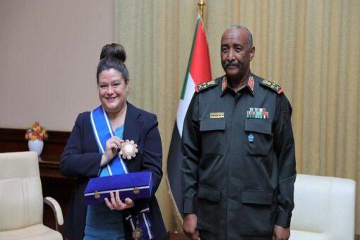 البرهان يمنح السفيرة الفرنسية وسام النيلين من الطبقة الأولى