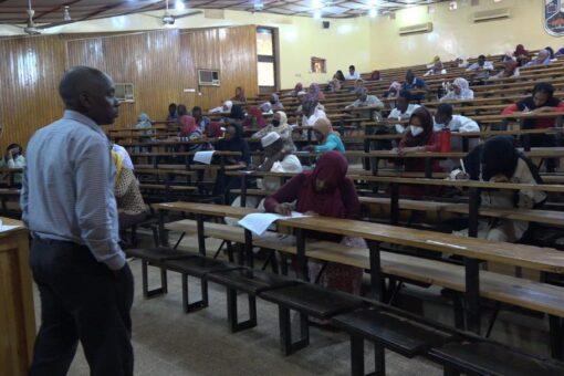 المتقدمون لوظائف سونا يؤدون الإمتحان التحريري