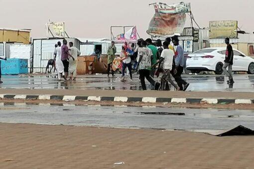 استئناف حركة العابرين بارقين بعد توقفها بسبب الأمطار