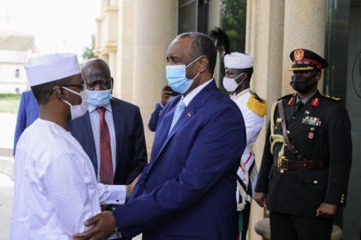 البرهان يستقبل رئيس المجلس العسكري الإنتقالي التشادي بالقصر الجمهوري