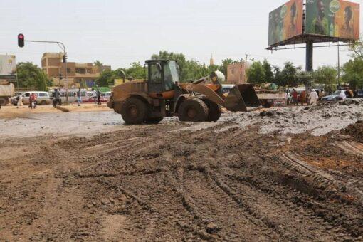 الطرق والجسور بالخرطوم تقف علي نظافة وتوسعة شارع عبيد ختم