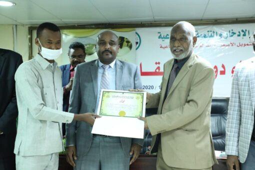 والي شرق دارفور يشيد بجهود الادخار في تدريب شباب المقاومة