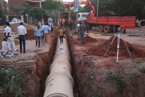 الطرق والجسور تضع حلول عاجلة لتصريف مياه منطقة شمبات