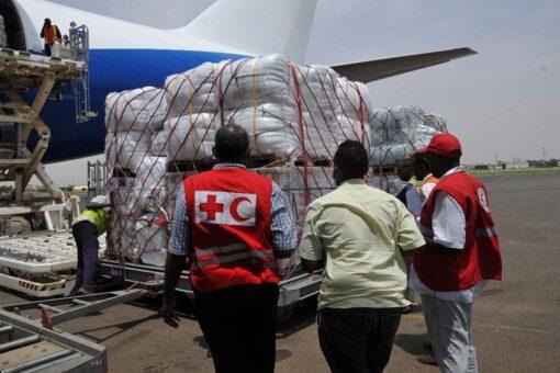 وصول طائرة مساعدات لمتضرري الفيضانات