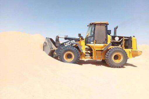 الشمالية: إزالة الكثبان الرملية بطريق ارقين- دنقلا