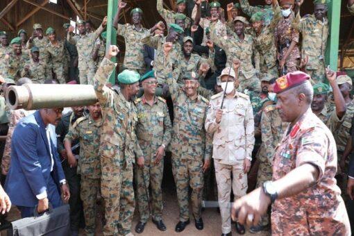 البرهان لضباط وجنود المدرعات: انتم حماة الانتقال