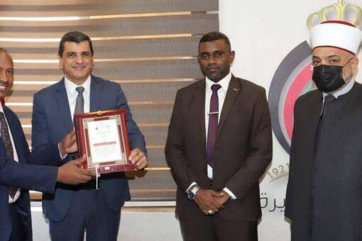 الأمين العام للحج والعمرة يكرم مدير مصرف ادخار الحاج بالاردن