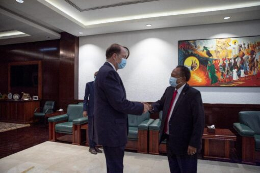 رئيس الوزراء يستقبل رئيس مجموعة البنك الدولي بمكتبه