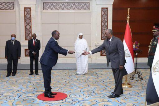 البرهان يتسلم أوراق إعتماد السفير الجيبوتى لدى السودان