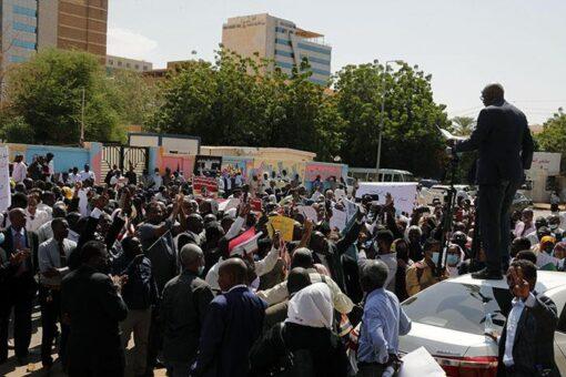 التجمع القانوني لحماية الثورة يطالب بالإلتزام الكامل بالوثيقة الدستورية